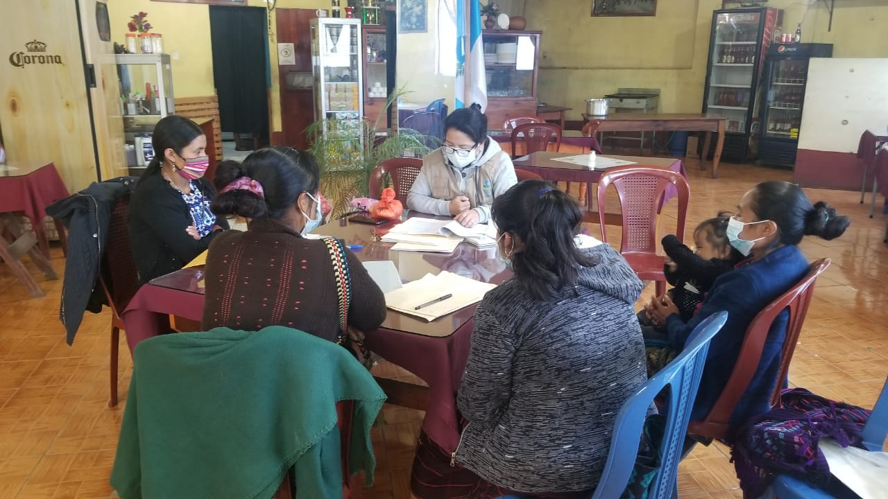 Brenda Méndez durante una reunión con mujeres de Bulej, Huehutenango.