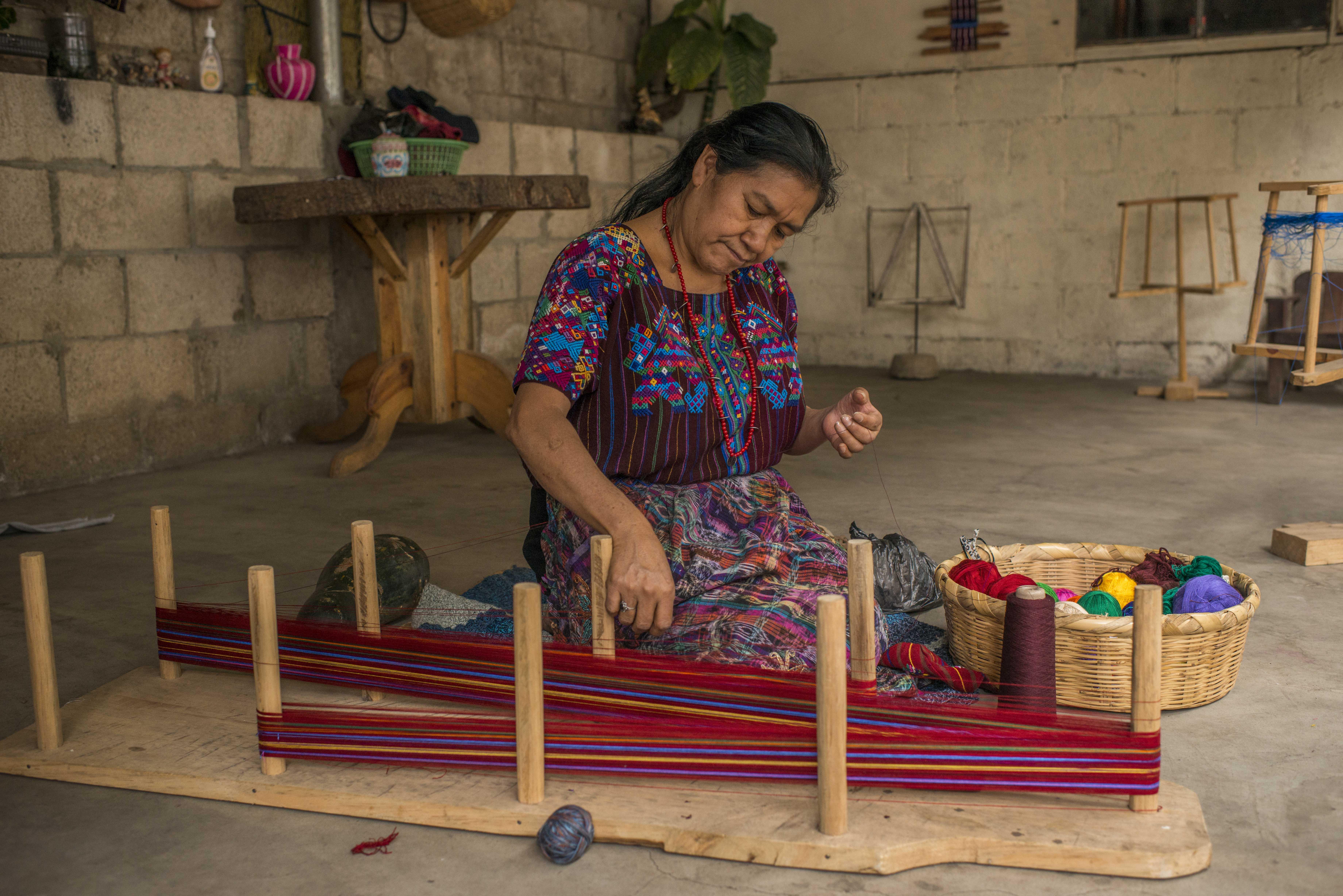 Mujer del altiplano guatemalteco, trabajando en el arte de tejer.